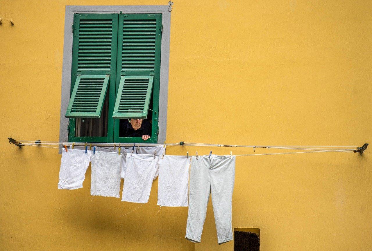 Em dias de muita chuva, por muito que seja agradável a ideia de se recontar e ficar em casa, a verdade é que se acabou de lavar a sua roupa, secá-la no estendal vai ser um grande desafio. A Roupa a Gi